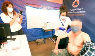 Una sanitària administrant la vacuna a una persona gran.
