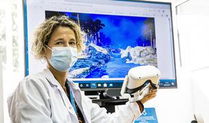 La psicooncòloga Eva Bailles amb les ulleres de realitat virtual.