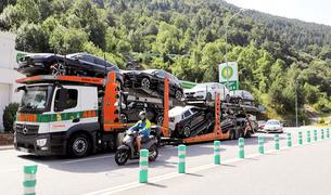 Un camió que transporta vehicles.