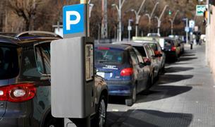 Vehicles aparcats en zona blava.