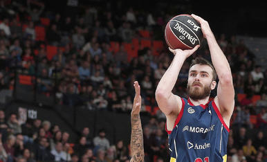 David Jelinek tira a cistella defensat per Erick Green.