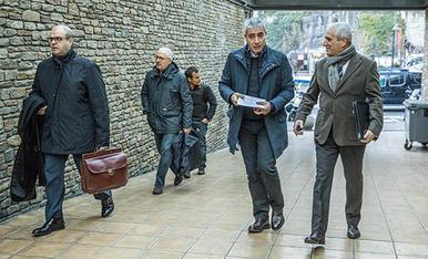 L'advocat Josep Antoni Silvestre arribant al judici aquest matí al mateix moment que Joan Pau Miquel