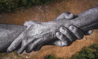 ARTS PLÀSTIQUES  Play Video Les grans mans de SAYPE ja llueixen a Engolasters