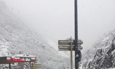 Treta de neu a la rotonda d'Engolasters aquest matí