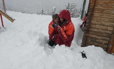 Jocs a la neu a Pal després de dues hores per anar d'Escaldes a la Massana