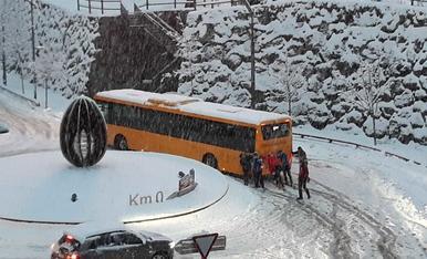 Un bus de transport públic bloquejat al migdia a la rotonda del Km 0