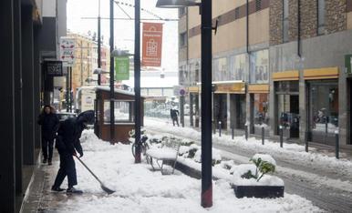 Retirada de neu de les voreres a l'avinguda Riberaygua de la capital