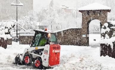 El personal del comú d'Encamp treballant en la retirada de neu al matí