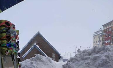 La neu s'acumula als carrers del Pas des de la matinada de dimecres