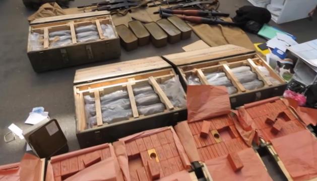 Una part de l'arsenal del detingut