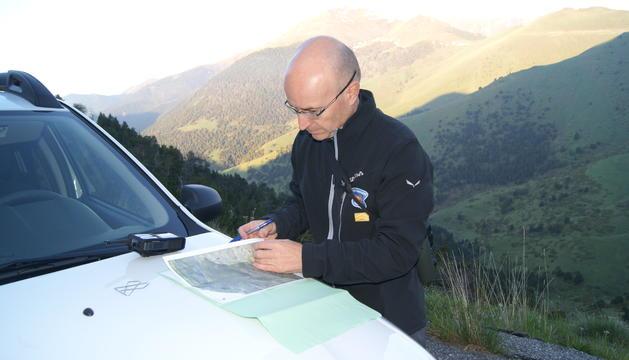 Albert Pla anotant els isards vistos a Xixerella.