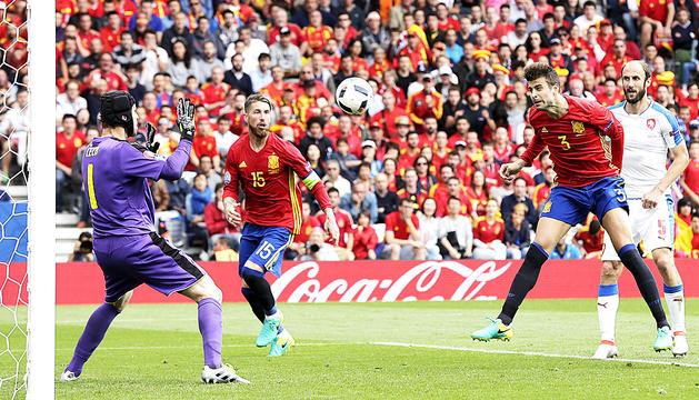 Piqué rematant a porteria en l'acció del gol que va donar el triomf a Espanya.