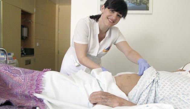 Estefania Torres fa les cures dels pacients després de la cirurgia, entre moltes altres coses.