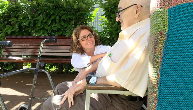 Estrella Matas, del centre sociosanitari El Cedre, amb en Jordi, que n'és resident.