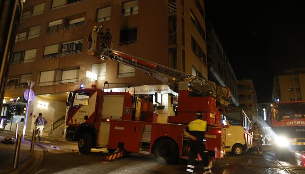 Els bombers intervenen en tres incendis durant la nit de Sant Joan