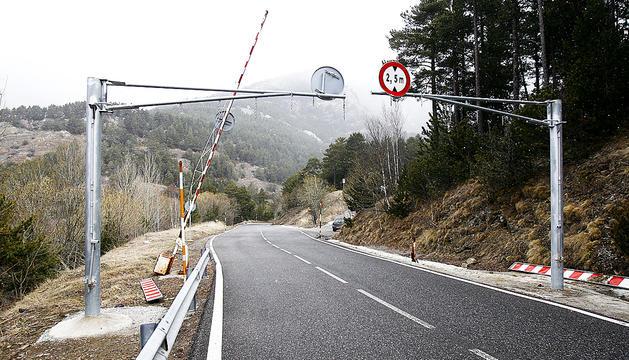 La barrera que prohibeix el trànsit durant l'hivern.