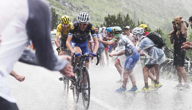 Tom Dumoulin encarant la darrera part de l'etapa d'ahir a Arcalís, enmig de l'aigua i els ànims dels aficionats.