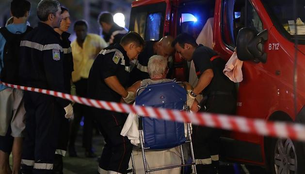 Una dona és atesa pels serveis d'emergència.
