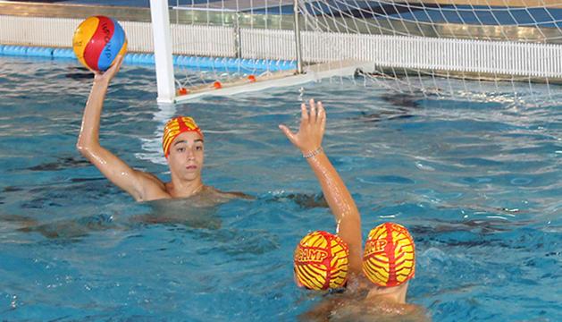 Participants al WP Camp, entrenant a la piscina d'Encamp.