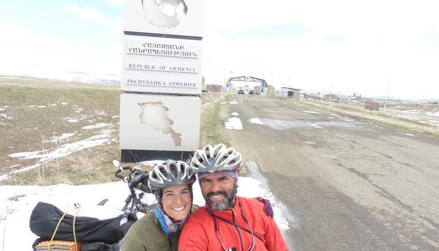 L'AINA I EL JORDI ESTAN RECORRENT en bici DES DE L'ABRIL i fins al proper novembre la ruta que transcorre entre Geòrgia i el Nepal, a través de vuit països.