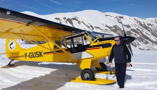 el carles codó, al costat de l'avioneta que comparteix amb tres amics. Aquí és a una de les estades als Alps.
