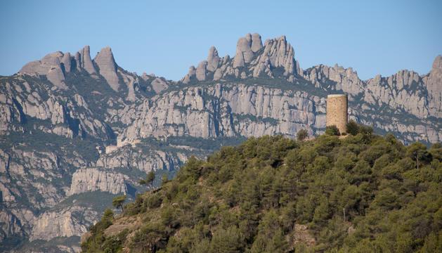 La Torrota de Vacarisses amb Montserrat al fons.