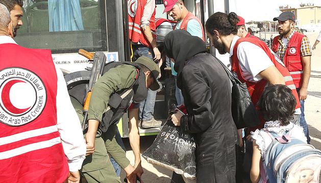 Famílies sirianes en el moment de ser evacuats de la seva ciutat.