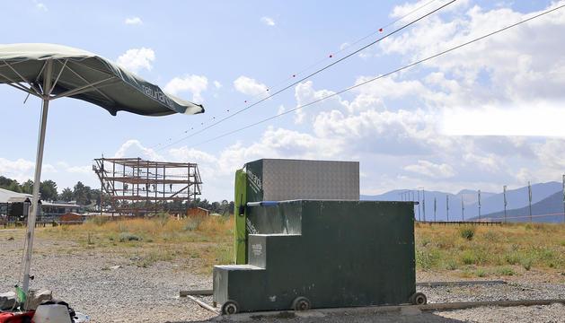 Vista del carro de ferro amb les escales que ajuden a baixar els usuaris de la tirolina de Naturlandia.