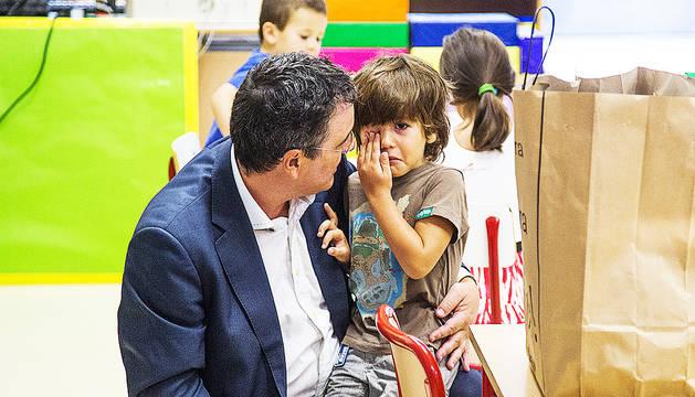 Un pare consolaNT el fill el primer dia d'escola, divendres passat.
