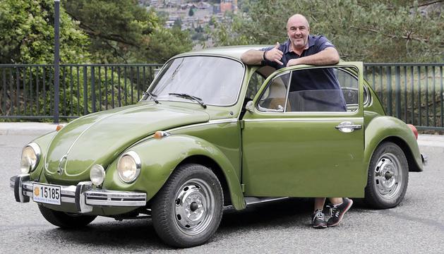 El xef d'el celler d'en toni al costat del seu Volkswagen escarabat 1.303 S.