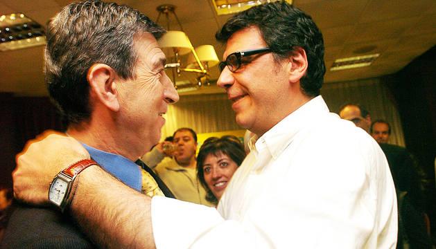 Antoni Riberaygua felicita Albert Pintat: al seu rellotge marquen les tres de la matinada.