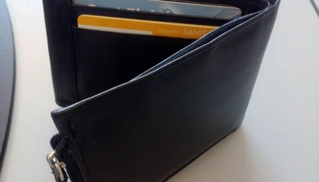 2. La cartera amb la documentació i les targetes (de dèbit, no de crèdit...).