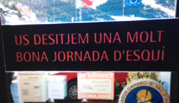 Alguns exemples de cartells trobats a Andorra amb faltes d'ortografia.  'Desitjem' en lloc de' desitgem'.