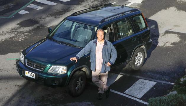 Escolà posa al costat del cotxe, que comparteix amb la seva dona.