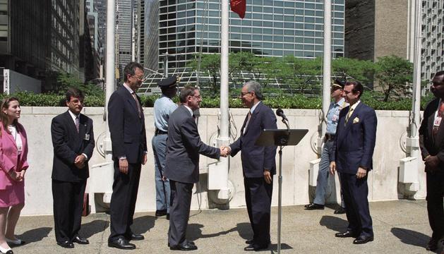 La delegació andorrana en el moment d'hissar la bandera