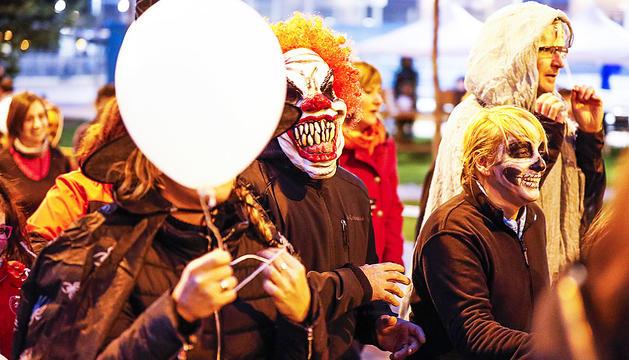 Participants de la cursa de Halloween durant la marxa final.