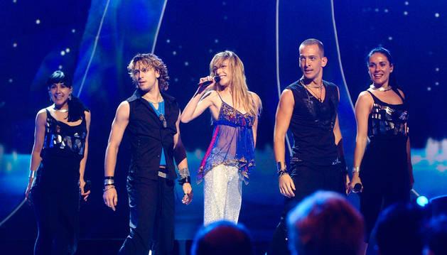 Marta Roure, amb els ballarins i les vocalistes a l'escenari d'Istanbul.