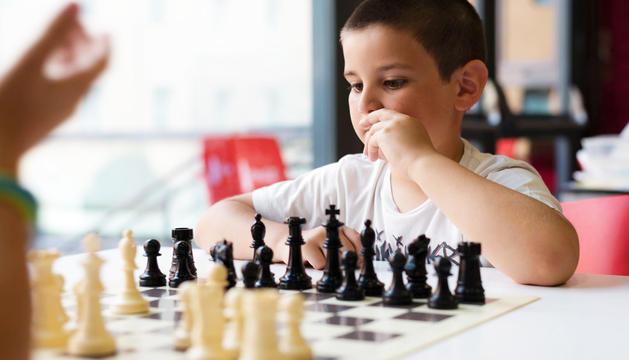 Un nen concentrat en una partida.