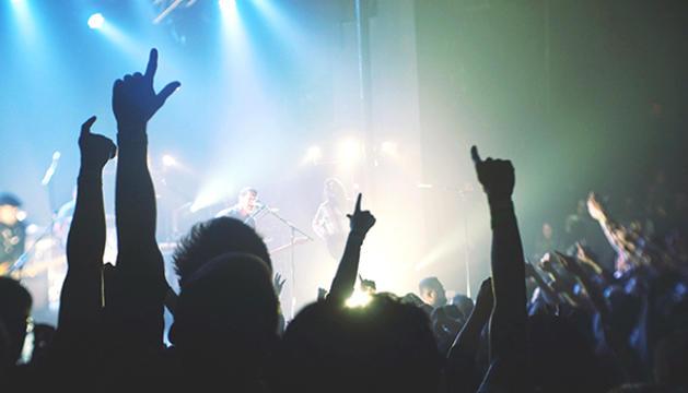 9. La música en directe és bàsica, per ballar, gaudir i tornar a ser adolescent en cada concert.