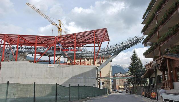 Les obres de construcció del telecabina al centre de la Massana.