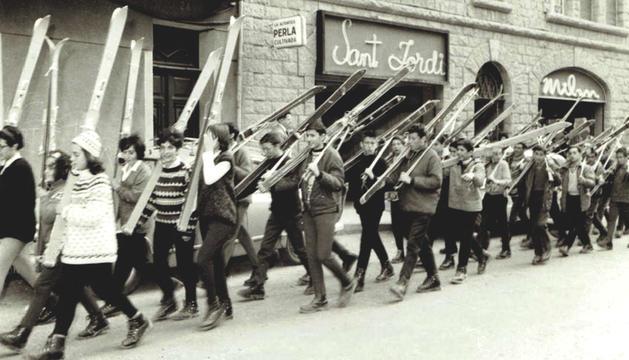 Imatge datada el 1964, d'autor desconegut, i que recull la desfilada de participants en un campionat d'esquí escolar.