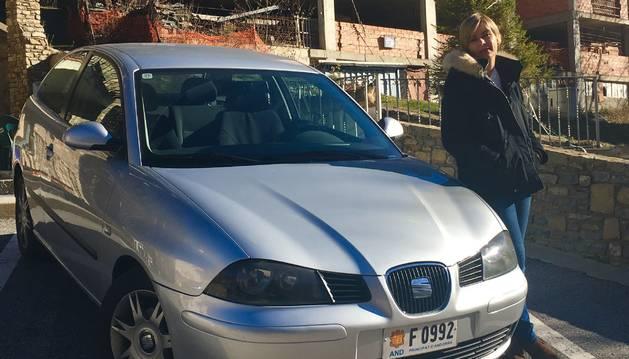 Carla Riestra al costat del seu Seat Ibiza que va comprar el 2001