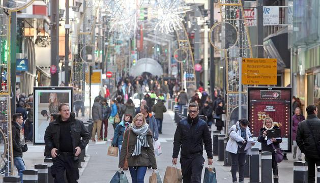 Els eixos comercials es van omplir ahir de passejants i compradors.