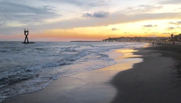 La platja fora de temporada (aquesta és a Torredembarra) i l'escalfor del sol.