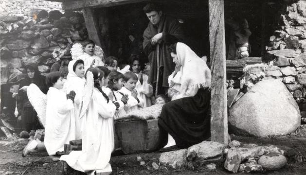 Representació del naixement amb els àngels adorant el nen Jesús.