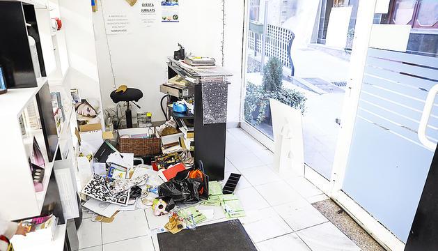Estat de la perruqueria Zaïra després del robatori, un dels establiments del carrer Engordany.