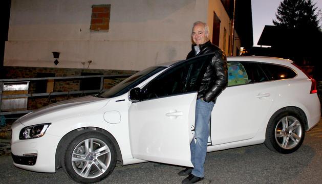 Pujal, al costat del seu Volvo V60 híbrid, l'únic que hi ha a Andorra.