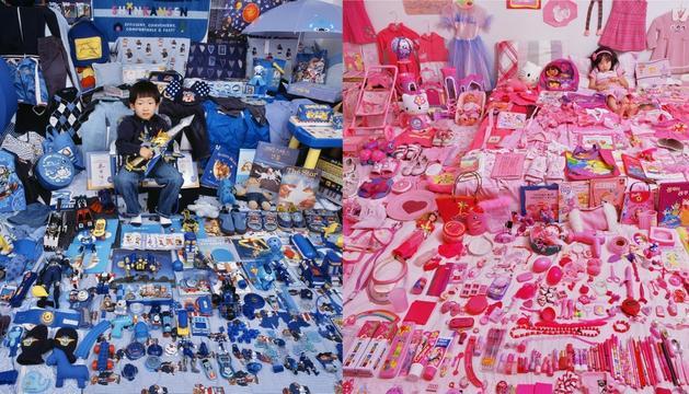 La fotògrafa Jeong Mee Yoon va prendre una sèrie d'imatges de nens i nenes amb les seves joguines per mostrar com el blau i el rosa predominaven, respectivament.