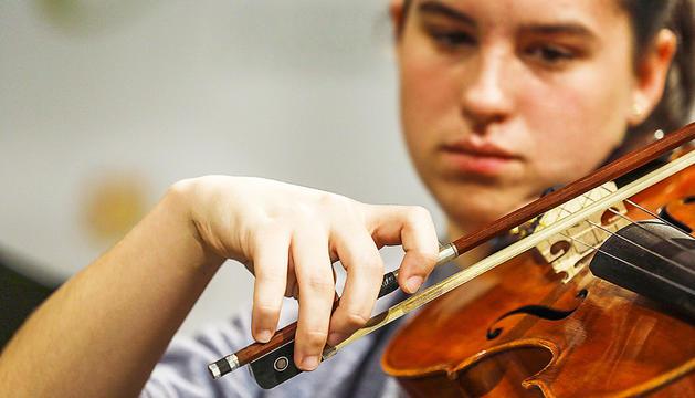 La Carmen Mascarell (15 anys) toca la viola des de ben petita.