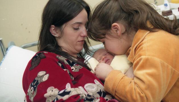 La Júlia i el Marc poc després del naixement del petit, a l'hospital amb la Nerea.